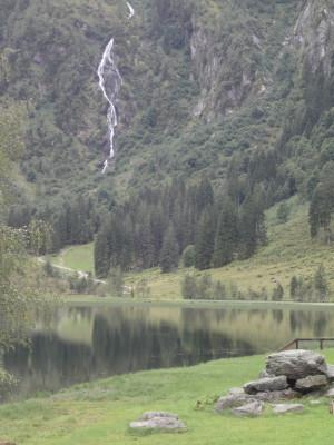 Direkt hinter dem See ist ein Wasserfall zu bestaunen
