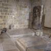 Reliefsteinplatten zur Grablegung im Inneren der Kirche