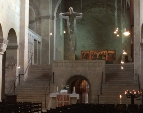 Das Innere der Kirche ist typisch für den Baustil eher schlicht gehalten