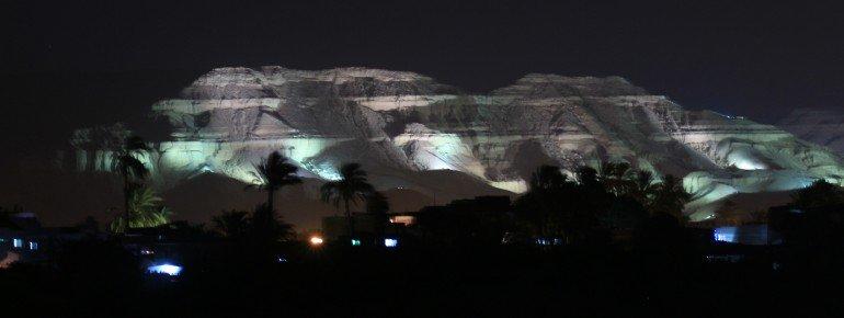 Unter den beleuchteten Felsen befinden sich die Gräber zahlreicher Pharaonen