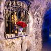 Eine Marienfigur säumt den Weg zur Quellwasser-Grotte
