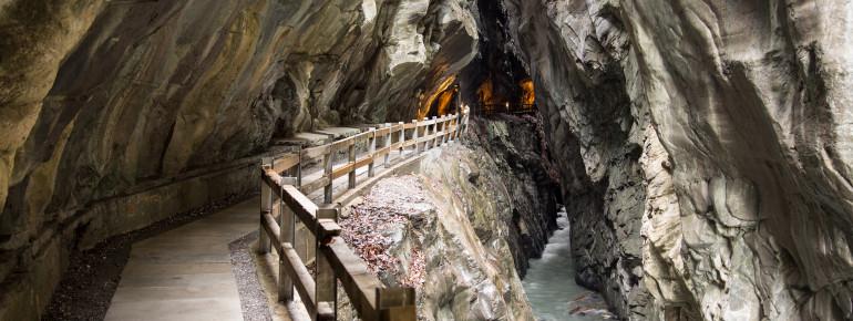 Gut gesichert führt dich der Weg tief im Felsen an der rauschenden Tamina entlang.