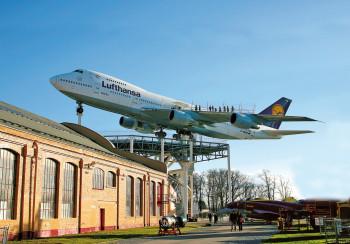 Besucher starten die Erkundung der Boeing 747 auf dem Flügel der Maschine.