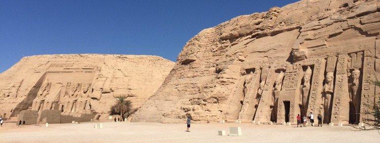 Rechts der Tempel von Pharao Ramses II., links der Tempel seiner Frau Nefertari