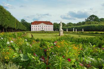 Blick auf das Schloss Friedrichsfelde im Tierpark Berlin.