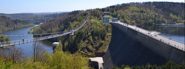 Die Hängebrücke Titan RT wurde parallel zum Damm gespannt.