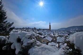 Eingebettet in die schöne Landschaft des Tölzer Landes bietet der Tölzer Christkindlmarkt eine tolle Atmosphäre, um die Weihnachtszeit zu genießen.