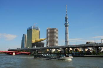 Als zweithöchstes Gebäude der Welt überragt der Skytree die Stadt Tokio deutlich.