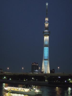 Der Skytree bei Nacht: die Beleuchtung entspricht einer besonderen Farbsymbolik.