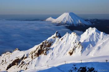 Schneebedeckte Gipfel - im Winter kann man im Tongariro-Nationalpark Skifahren.