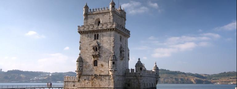Der Turm liegt am Ufer des Tejos