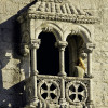 Der Turm ist prunkvoll verziert