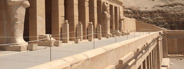 Die terrassenförmige Architektur ist einzigartig in ganz Ägypten