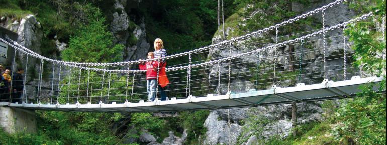 Nicht nur das kristallklare Wasser, das durch die Schlucht herabstürzt - auch die Stege, Steige und Brücken in der Tscheppaschlucht sind beeindruckend.