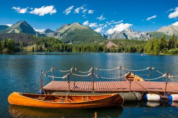 Vom Boot aus lässt sich das Bergpanorama besonders gut genießen.