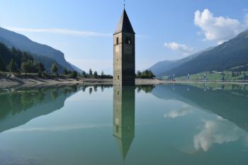 Der Kirchturm steht nahe der Ortschaft Graun bis zu 7 Meter tief im Wasser des Reschensees.