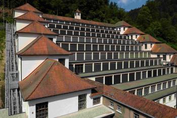 Der denkmalgeschützte Junghans Terrassenbau wurde von 1916 bis1918 nach den Plänen des Architekten Philipp Jakob Manz erbaut.