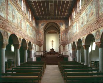 Die Kirche St. Georg auf der Insel Reichenau versetzt Besucher mit ihren romanischen Wandmalerien ins Staunen.