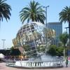 Am Eingang des Themenparks erwartet Besucher das berühmte Universal-Logo.