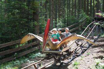 Ein besonderes Highlight ist der Ritt auf dem Flugsaurier durch den Urzeitwald.