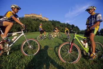 Die Gegend rund um die Burg bietet viele Möglichkeiten für Radtouren.