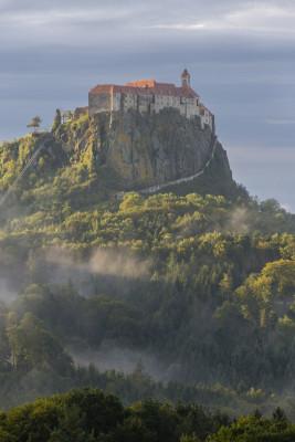 Hoch oben auf einem Vulkanfelsen thront die Veste Riegersburg.