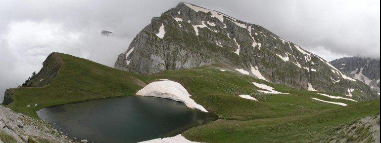 Panorama des Drachensees und der Berge