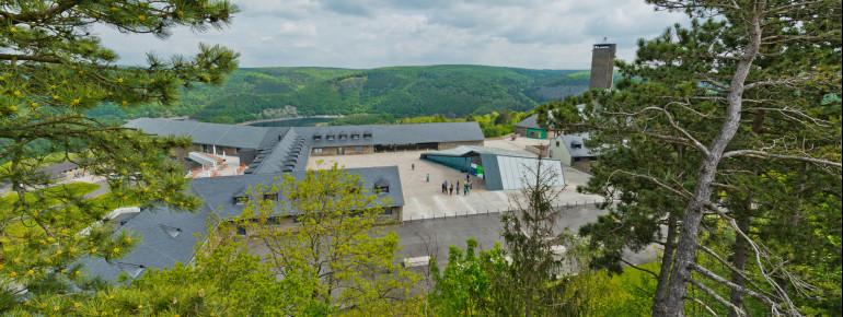 Die ehemalige NS-Ordensburg Vogelsang liegt im Nationalpark Eifel.
