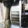 Das voll funktionierendes Wasserrad, das bei Schmiedevorführungen in Betrieb genommen wird.