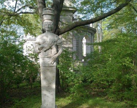 Der Märchenbrunnen in Seitenansicht (etwas versteckt hinter Bäumen)