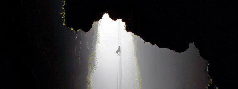 Die Höhlen wurden vom Wasser aus dem Kalkgestein gewaschen.