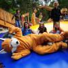 Spaß für große und kleine Besucher verspricht das Riesenhüpfkissen.