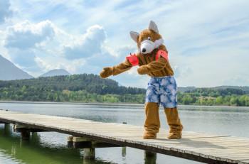 Das Parkmaskottchen Reiny Reineke empfiehlt nach einem Besuch in der Walderlebniswelt ein Bad im Klopeiner See.