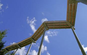 In 30 Metern Höhe bewegst du dich auf dem Pfad.