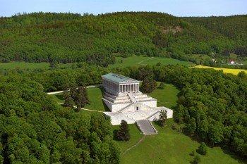Schon von der Autobahn A3 aus sieht man die Walhalla majestätisch auf einem Hügel thronen.