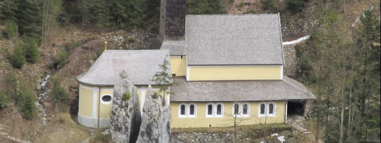 Sicht von oben auf die Kirche, den gespaltenen Klobenstein und die kleine Lourdes-Kapelle