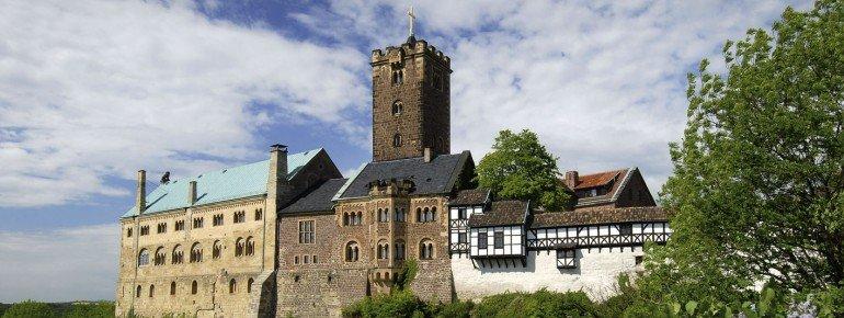Der Name der Burg bedeutet Warte, also Wach- oder Wächterburg.