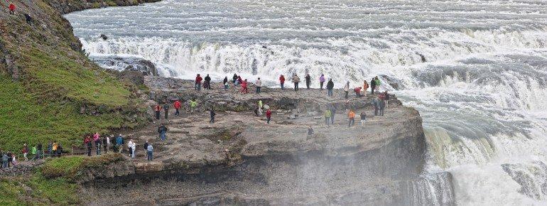 Besucher am Gullfoss-Wasserfall