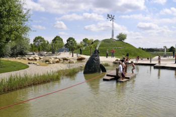 Das Windrad gilt als das Wahrzeichen des Spielplatzes und ist bereits von Weitem zu sehen.