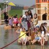 Die Kinder können eine Floßfahrt über den See genießen.
