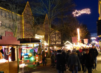 Verschiedene Buden laden zum weihnachtlichen Einkaufsbummel ein.