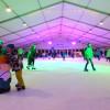Die Eislaufhalle auf dem Marktplatz bietet Spaß für Groß und Klein.