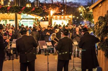 Bei Glühwein und kulinarischen Spezialitäten kannst du weihnachtlicher Musik lauschen.