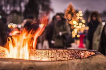 Bunte Lichter und Dekorationen sorgen für eine romantische Atmosphäre am Weihnachtsmarkt.
