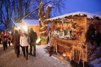 Krippenschnitzereien und andere Handwerkskunst sind am Weihnachtsmarkt zu finden
