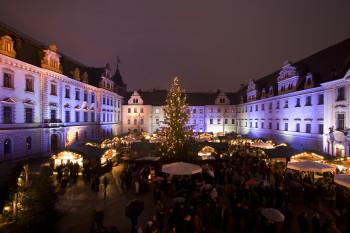 Der weihnachtlich geschmückte Innenhof des Schlosses