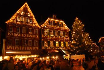 Der märchenhafte Calwer Weihnachtsmarkt findet vor der Kulisse historischer Fachwerkhäuser statt.