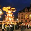 Die Glühweinpyramide befindet sich mitten am Weihnachtsmarkt.