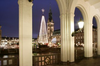 Der Hamburger Weihnachtsmarkt befindet sich direkt am Rathaus.