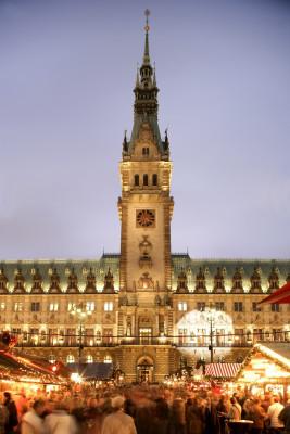 Weihnachtliches Treiben vor dem Rathaus